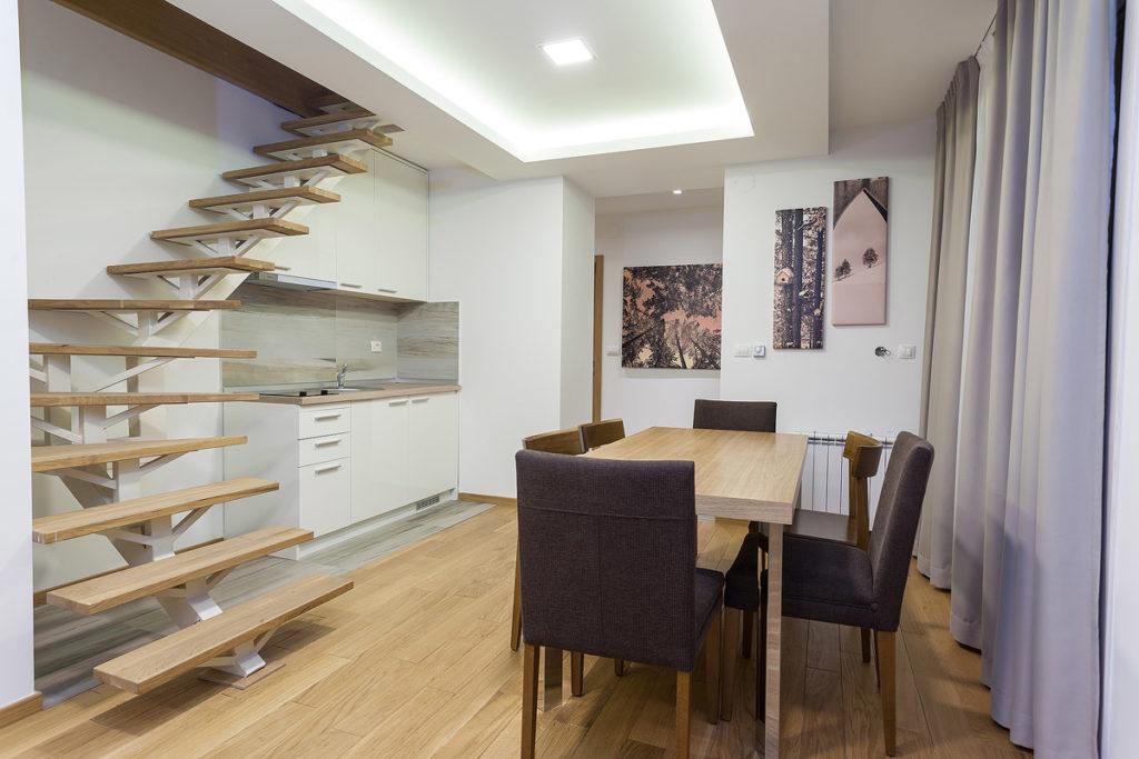 deluxe apartman kuhinja sa trpezarijom
