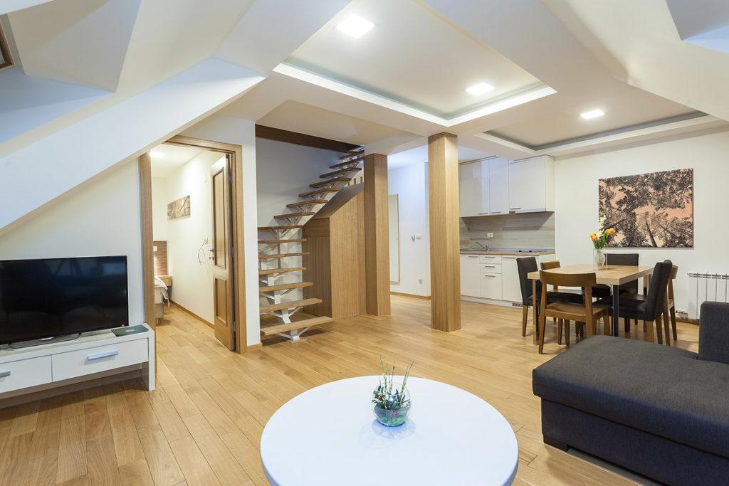 deluxe apartman pogled na kompletan dnevni boravak, trpezariju i kuhinju